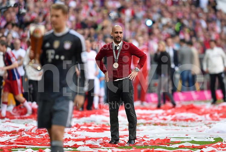 FUSSBALL   1. BUNDESLIGA   SAISON 2013/2014  34. SPIELTAG FC Bayern Muenchen - VfB Stuttgart             10.05.2014 Der FC Bayern feiert die 24. Deutsche Meisterschaft: Trainer Pep Guardiola nach einer Weissbierdusche