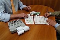 Firma di cambiali per ottenere un prestito. Signing of promissory note to get a loan....