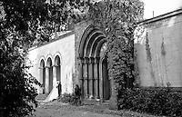 Potsdam, parco di Sanssouci. Portale di Heilsbronn,  Chiesa della Pace. Un matrimonio --- Potsdam, Sanssouci Park. Heilsbronn Portal, Church of Peace. A wedding