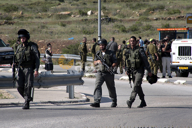 Israeli border police inspect the area of Zatera checkpoint after a stabbing attack, near the West Bank Jewish settlement of Yitzhar near Nablus April 30, 2013. A Palestinian man stabbed and shot dead an Israeli settler in the occupied West Bank on Tuesday, the Israeli ambulance service and police said. Photo by Nedal Eshtayah