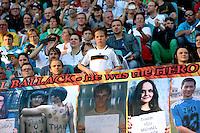 """Fans beim Abschiedsspiel von Michael Ballack in der Red-Bull-Arena Leipzig. Unter dem Motto """"Ciao Capitano"""" bestreitet der Ex-Fussballprofi sein letztes großes Spiel mit Freunden in Leipzig gegen eine Auswahl von Wegbegleitern. <br /> Foto: Christian Nitsche"""