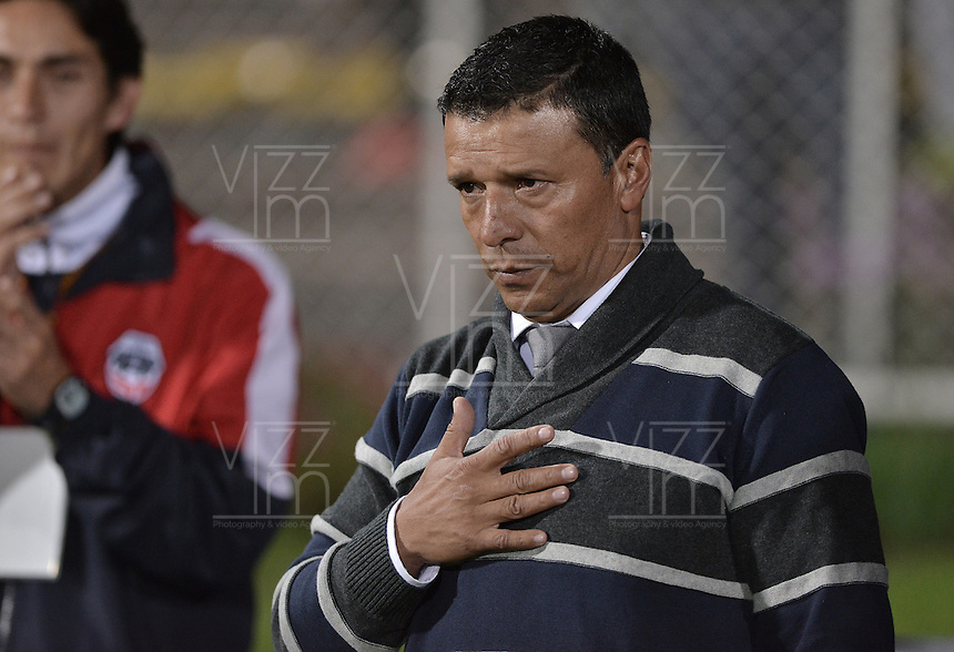 BOGOTÁ -COLOMBIA-30-11-2015. Nilton Bernal técnico de Fortaleza FC gesticula durante partido contra Leones FC por la fecha 6 de los cuadrangulares finales del Torneo Águila 2015 jugado en el estadio Metropolitano de Techo en Bogotá./ Nilton Bernal coach of Fortaleza FC gestures during the match against Leones FC for the date 6 of the final quadrangulars of Aguila Tournament 2015 played at Metropolitano de Techo stadium in Bogota. Photo: VizzorImage / Gabriel Aponte / Staff