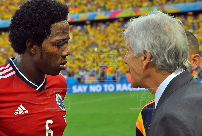 FORTALEZA - BRASIL -04-07-2014. Carlos Sanchez (#6) jugador de Colombia (COL) recibe instrucciones de su técnico Jose Pekerman durante partido de los cuartos de final con Brasil (BRA) por la Copa Mundial de la FIFA Brasil 2014 jugado en el estadio Castelao de Fortaleza./ Carlos Sanchez (#6) player of Colombia (COL) receives directions from his coach Jose Pekerman during the match of the Quarter Finals against Brazil (BRA) for the 2014 FIFA World Cup Brazil played at Castelao stadium in Fortaleza: Photo: VizzorImage / Alfredo Gutiérrez / Contribuidor
