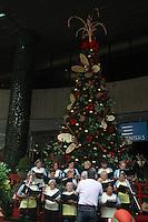 SAO PAULO, SP, 11.12.2014 – CORAL NA AV PAULISTA: O coral Convivencia do Renascer de Mairiporã durante <br /> apresentação na av Paulista , na manhã desta quinta-feira (11). (Foto: Marcos Moraes / Brazil Photo Press).