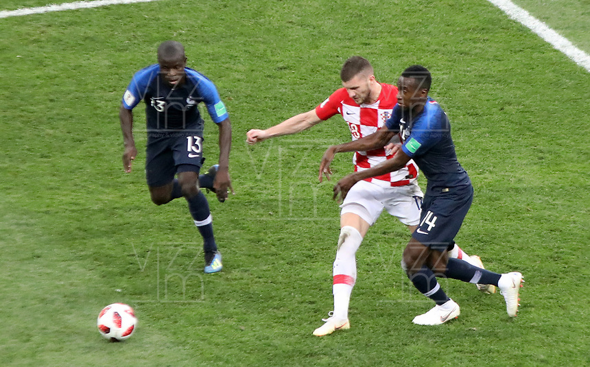 MOSCU - RUSIA, 15-07-2018: Ngolo KANTE (Izq) y Blaise MATUIDI (Der) jugadores de Francia disputan el balón con Milan BADELJ (C) jugador de Croacia durante partido por la final de la Copa Mundial de la FIFA Rusia 2018 jugado en el estadio Luzhnikí en Moscú, Rusia. / Ngolo KANTE (L) and Blaise MATUIDI  (R) players of France fight the ball with Milan BADELJ (C) player of Croatia during match of the final for the FIFA World Cup Russia 2018 played at Luzhniki Stadium in Moscow, Russia. Photo: VizzorImage / Cristian Alvarez / Cont