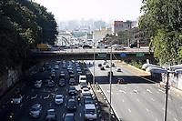 SAO PAULO, SP - 07.08.2015 - TRANSITO SP - Vista do transito no viaduto do Glic&eacute;rio sentido zona oeste na manh&atilde; desta sexta-feira (07) no regi&atilde;o de central da cidade de S&atilde;o Paulo.<br /> <br /> (Foto: Fabricio Bomjardim / Brazil Photo Press)
