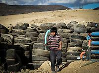 Invisibles y en olvido.<br /> Villa de Zaachila, Oaxaca. En un entorno gris entre un cumulo de desechos, aves carro&ntilde;eras, y perros enfermos, en una visible pobreza, marginaci&oacute;n y olvido, se puede vislumbrar la sonrisa de los ni&ntilde;os que juegan por las calles de las colonias que arropan el basurero de la Villa de Zaachila en Oaxaca, quienes a pesar de su entrono dif&iacute;cil, encuentran alegr&iacute;a en peque&ntilde;os detalles; hijos de gente trabajadora que ha sido olvidada por los que m&aacute;s tienen.<br /> <br /> A tan solo  45 minutos de la ciudad oaxaque&ntilde;a, se encuentra el basurero municipal de Zaachila, lugar donde decenas de familias de bajos recursos trabajan diariamente para obtener alg&uacute;n ingreso que sostenga su patrimonio, as&iacute; mismo, se puede ver manadas de perros d&oacute;ciles, buscando un poco de agua en el &aacute;rido suelo, o algo de comida, muchos de estos animales enfermos y abandonados por sus verdaderos due&ntilde;os, pero que han sido adoptados como parte de la poblaci&oacute;n de este lugar y tratan de sobrevivir.<br /> <br /> Por las tardes, decenas de aves carro&ntilde;eras buscan sustento dentro de las colinas de basura, terrenos llenos de personas con enormes carencias , apartados de la sensibilidad social citadina, y apoyo gubernamental, gente que a pesar de su circunstancias toma cada d&iacute;a un milagro, y trata de subsistir.