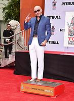 HOLLYWOOD, EUA, 14.12.2018 - CELEBRIDADES-EUA - O cantor Pitbull deixa sua marca no TCL Chinese Theater Imax em Hollywood na California nos Estados Unidos nesta sexta-feira, 14. O ator John Travolta e Ellen K participaram do evento. (Foto: Brazil Photo Press)