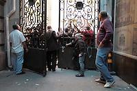 RIO DE JANEIRO, RJ, 26.09.2013 - ENTRADA VEREADORES NA CAMARA - Policiais fazem um corredor para a entrada doS  vereadores para  a votação do plano de cargos e salários dos professores, nessa quinta feira 26. (Foto: Levy Ribeiro / Brazil Photo Press)