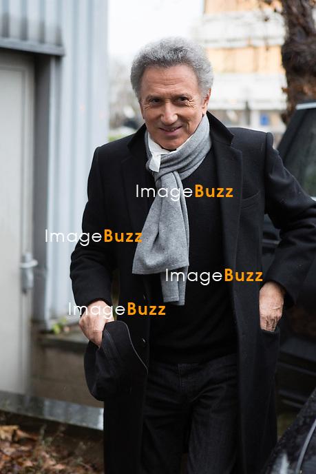 EXCLUSIF : NO WEB, NO BLOG -<br /> Michel Drucker arrive dans les studios de RTL-TVI  &agrave; Bruxelles, pour la  promotion de son one man show &quot; Michel Drucker, seul avec vous &quot;, invit&eacute; du talk show &quot; De quoi je me m&ecirc;le ! &quot;.<br /> Belgique, Bruxelles, 27 f&eacute;vrier 2017