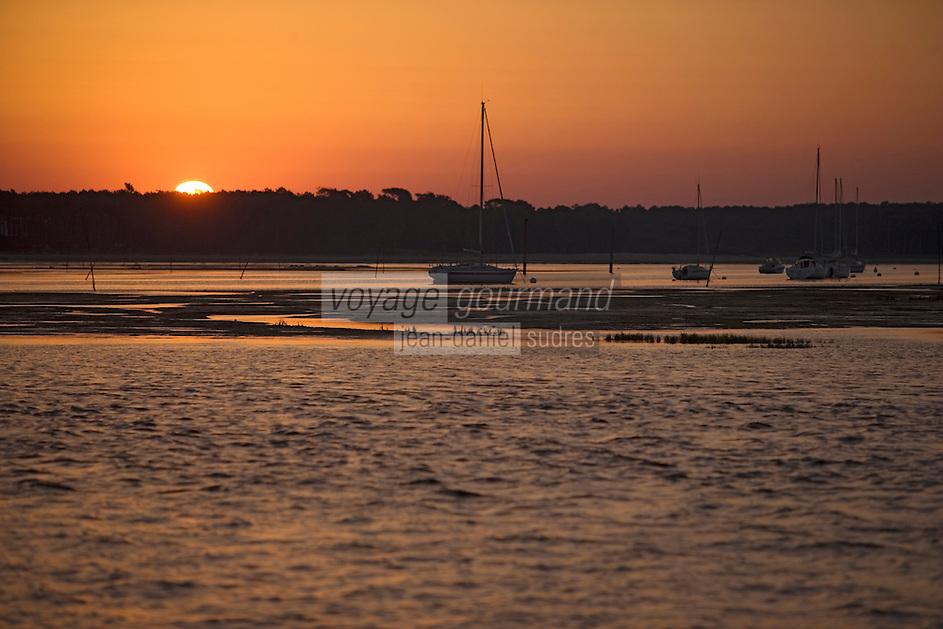 Europe/France/Aquitaine/33/Gironde/Bassin d'Arcachon/Ares: A l'aube sur le bassin - voiliers amarés sur le bassin