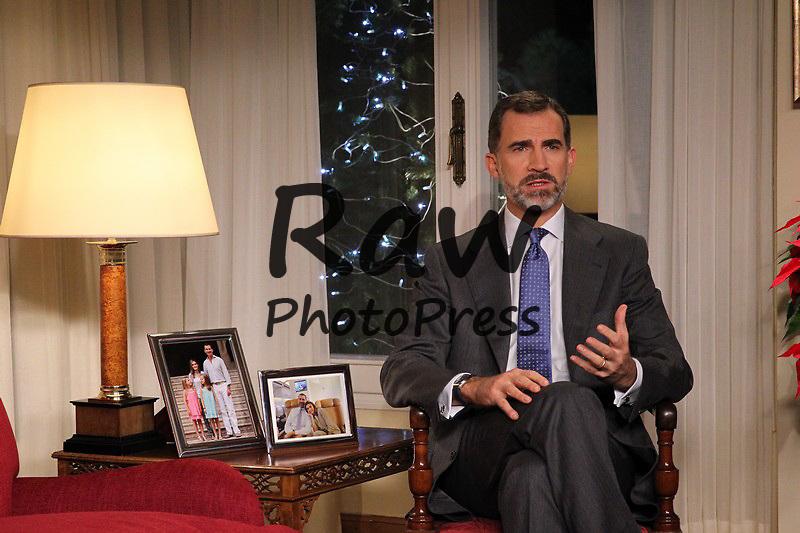 El Rey Don Felipe ha ofrecido su primer mensaje de Navidad como monarca desde el Palacio de La Zarzuela.<br /> <br /> King Felipe has given his first Christmas speech as king from La Zarzuela Palace on December 24th, 2014.