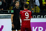 10.11.2018, Signal Iduna Park, Dortmund, GER, 1.FBL, Borussia Dortmund vs FC Bayern M&uuml;nchen, DFL REGULATIONS PROHIBIT ANY USE OF PHOTOGRAPHS AS IMAGE SEQUENCES AND/OR QUASI-VIDEO<br /> <br /> im Bild | picture shows:<br /> Robert Lewandowski (Bayern #9) im Gespr&auml;ch mit dem Schiedsrichter-Assistenten Guido Kleve, <br /> <br /> Foto &copy; nordphoto / Rauch