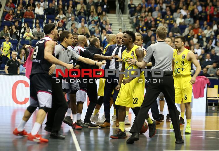09.04.2016, Mercedes Benz Arena, Berlin, GER, ALBA BERLIN vs. BASKETS BONN, im Bild <br /> Ruderbildung und Schubserei<br /> Kresimir Loncar (ALBA Berlin), Alex King (ALBA Berlin), Dirk Maedrich (Telekom Baskets Bonn), Andrej Mangold (Telekom Baskets Bonn)<br /> <br />      <br /> Foto &copy; nordphoto /  Engler
