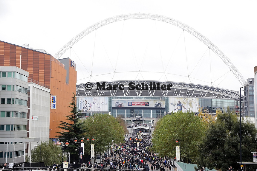Fans stroemen zum NFL International Game ins Londoner Wembley Stadion