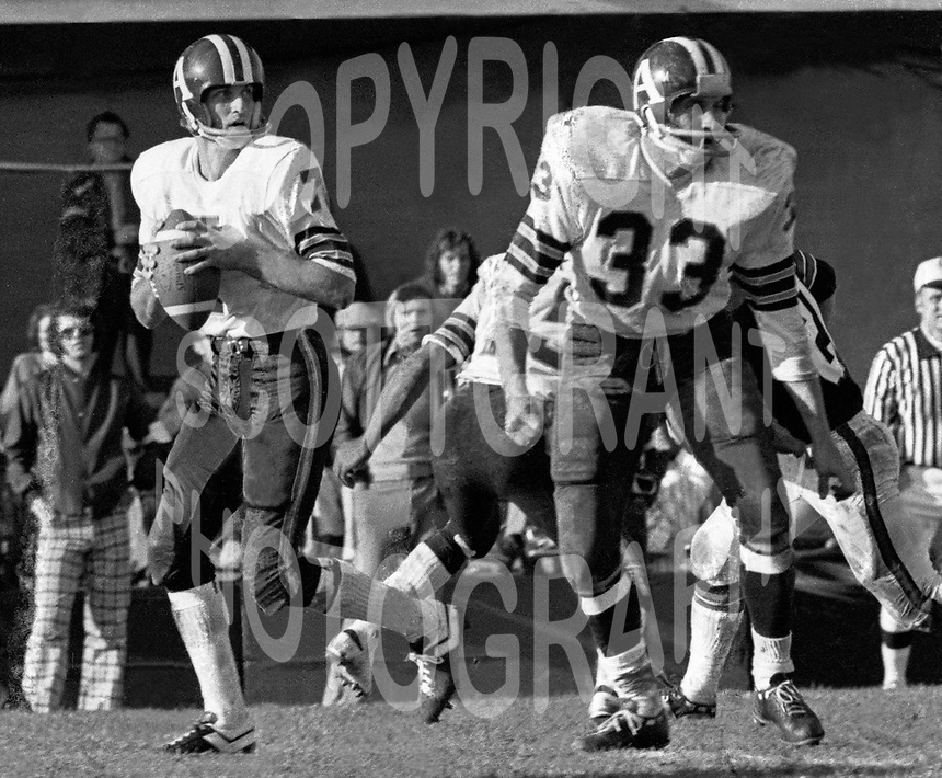 Joe Theismann Toronto Argonauts Quarterback, Bill Symons fullback 1971. Copyright photograph Scott Grant