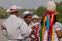 """Milhares de promesseiros vestidos de marujas e marujos participam das festividades em homenagem a São Benedito.<br /> Procissão de São Benedito o Santo preto.<br /> Bragança, Pará, Brasil.<br /> Foto Paulo Santos<br /> 26/12/2011<br /> <br /> A origem<br /> <br /> A Marujada,  em Bragança,  teve inicio em 1798 quando os senhores brancos atendendo ao pedido de seus escravos, permitiram a organização de uma Irmandade e a primeira festa em louvor a São Benedito. Em sinal de reconhecimento, os negros foram dançar de casa em casa para agradecer a seus benfeitores.<br /> <br /> A Marujada é constituída na maioria por mulheres, cabendo lhes a direção e a organização. Não há número limitado de marujas, nem papéis a desempenhar. Nem uma só palavra é articulada, falada ou cantada como auto ou como argumentação. Não há dramatização de qualquer feito marítimo. A Marujada é caracterizada pela dança, cujo ritmo principal é o retumbão. A organização e a disciplina são exercidas por uma """"capitoa"""" e uma """"sub-capitoa"""". É a """"capitoa"""" quem escolhe a sua substituta, nomeando a """"sub-capitoa"""", que somente assumirá o bastão de direção por morte ou renúncia daquela.<br /> <br /> http://www.tracuateua.web44.net/braga.html<br /> <br /> http://www.cdpara.pa.gov.br/marujada.php"""
