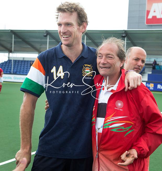 DEN HAAG - Bram Lomans met Roelant Oltmans. Tijdens het WK hockey speelt het team dat in 1998 in Utrecht wereldkampioen werd,  tegen het oude nationale team van Spanje. Veel oud internationals zijn van de partij. COPYRIGHT KOEN SUYK