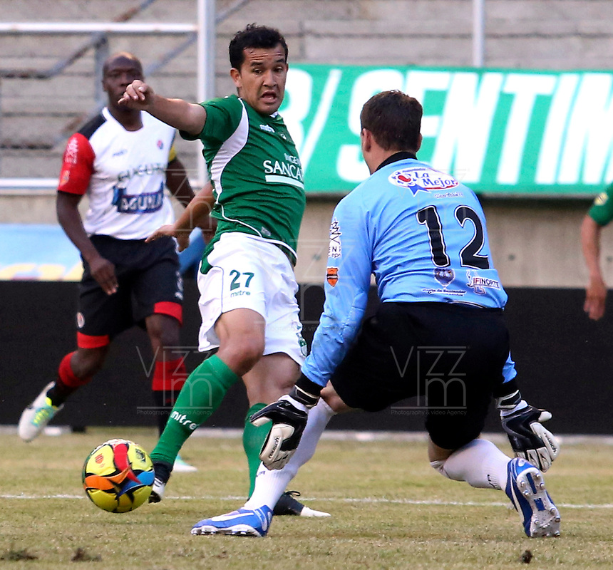 ESTADIO MONUMENTAL DE PALMASECA  -COLOMBIA- 16-08-2013.Nestor Camacho  jugador del Deportivo Cali disputa el balon con Diego Martinez guardameta  del Cucuta  Deportivo , partido correspondiente a la cuarta fecha de La  Liga Postobon segundo semestre disputado en el estadio  Monumental de Palmaseca / Nestor Camacho Deportivo Cali player fights for the ball with goalkeeper Diego Martinez Cucuta Deportivo, game in the fourth round of the second half League Europa League match at the Monumental stadium Palmaseca . Photo: VizzorImage / Juan Carlos Quintero  / Stringer