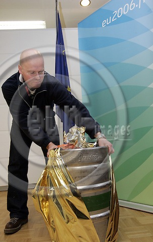 BRUSSELS - BELGIUM - 13DECEMBER 2006 -- Heikki VANHANEN, janitor of the Finnish Permanent Representation trying to find a place for the 100 liter beer barrel of Urguel, a gift from the Finance Minister of the Czech Republic to his Finnish counterpart. -- PHOTO: JUHA ROININEN / EUP-IMAGES