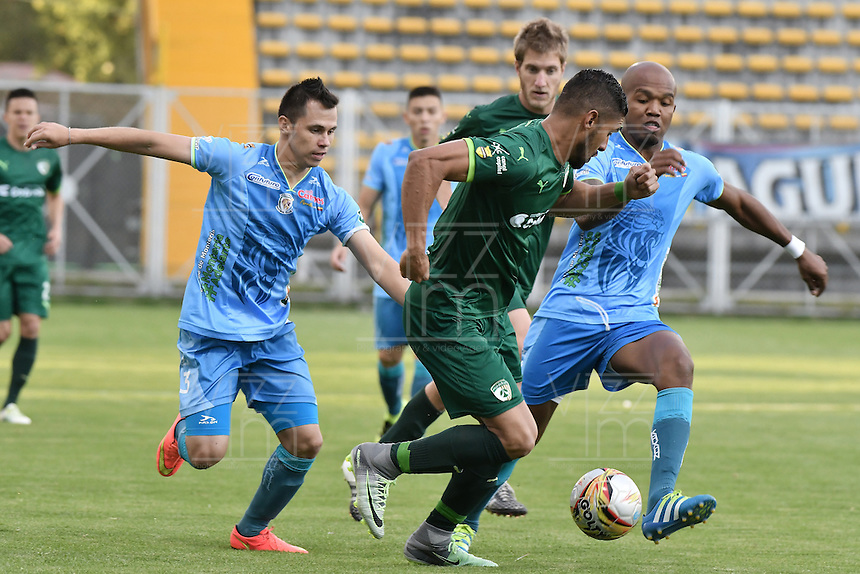 BOGOTÁ -COLOMBIA, 11-09-2016. Santiago Trellez (C) de La Equidad disputa el balón con Leonardo Saldaña (Izq) y Eduardo Carrillo (Der) de Jaguares FC durante partido por la fecha 11 de la Liga Águila II 2016 jugado en el estadio Metropolitano de Techo de la ciudad de Bogotá./ Santiago Trellez (L) player of La Equidad fights for the ball with Leonardo Saldaña (L) and Eduardo Carrillo (R) player of Jaguares FC during the match for the date 11 of the Aguila League II 2016 played at Metropolitano de Techo stadium in Bogotá city. Photo: VizzorImage/ Gabriel Aponte / Staff