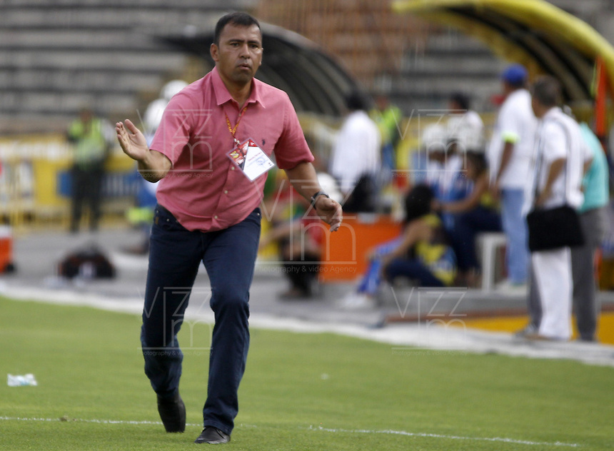 NEIVA, COLOMBIA, 28-02-2016: Harold Rivera técnico del Patriotas FC gesticula durante partido contra Atlético Huila válido por la fecha 7 de la Liga Águila I 2016 jugado en el estadio Guillermo Plazas Alcid de la ciudad de Neiva./ Harold Rivera coach of Patriotas FC gestures during match against Atletico Huila valid for the date 7 of the Aguila League I 2016 played at Guillermo Plazas Alcid in Neiva city. VizzorImage / Sergio Reyes / Cont