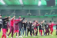 Eintracht Spieler feiern nach dem Finaleinzug im leeren Stadion, Yanni Regäsel (Eintracht Frankfurt), Bastian Oczipka (Eintracht Frankfurt), Aymen Barkok (Eintracht Frankfurt), Ante Rebic (Eintracht Frankfurt), Haris Seferovic (Eintracht Frankfurt),,Shani Tarashaj (Eintracht Frankfurt), Timothy Chandler (Eintracht Frankfurt) und Alexander Meier (Eintracht Frankfurt) - 25.04.2017: Borussia Moenchengladbach vs. Eintracht Frankfurt, DFB-Pokal Halbfinale, Borussia Park