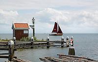 Volendamse Kwak bij de haven van Volendam. Historisch zeilschip.