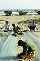 INDIA, Tamil Nadu, Eluru, dalit fisherman repais nets / INDIEN, Dalits, Kuestenfischer reparieren die Netze
