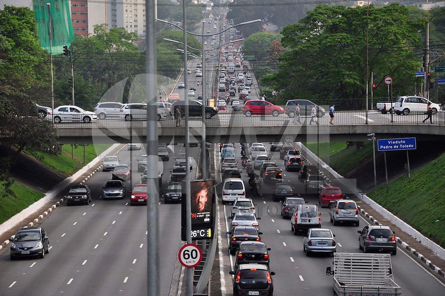 SAO PAULO SP, 02.10.2015 - TRANSITO-SP - Trânsito na avenida  23 de Maio sentido Aeroporto na zona sul de São Paulo na tarde desta sexta feira (02).(Foto: Renato Gizzi / Brazil Photo Press)
