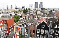 Nederland Rotterdam 2016 . De Rotterdamse Dakendagen. Mensen kunnen verschillende daken bezoeken. Foto gemaakt vanaf het dak van parking Westblaak. Foto Berlinda van Dam / Hollandse Hoogte