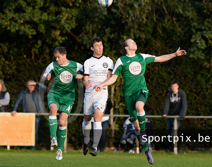 VV Emelgem - Kachtem  -  FC Lendelede Sport :  kopduel tussen Serge Parrein (links) , Jens Vandemeulebroucke (midden) en Sibert Vandenbussche (r)<br /> Foto David Catry | VDB | Bart Vandenbroucke