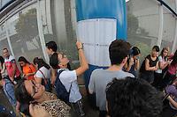 SÃO PAULO, SP, 29.11.2015 - FUVEST-SP - Estudantes aguardam abertura dos portões para a 1ª fase da Fuvest 2016, na Uninove no bairro da Vila Maria região norte de São Paulo neste domingo, 29. (Foto: Marcio Ribeiro/Brazil Photo Press)