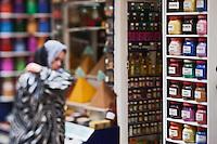 Afrique/Afrique du Nord/Maroc/Essaouira: Scène de rue de la médina, femme devant une boutique d'épices du souk