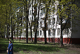 A women walks by along the 5-storage Soviet apartment blocks, so called Khrushchevka at Belyaevo district in Moscow. / Abrisspläne in Moskau 2017 für über 1 Million Menschen, Demolition plans in Moscow for over 1 Million people