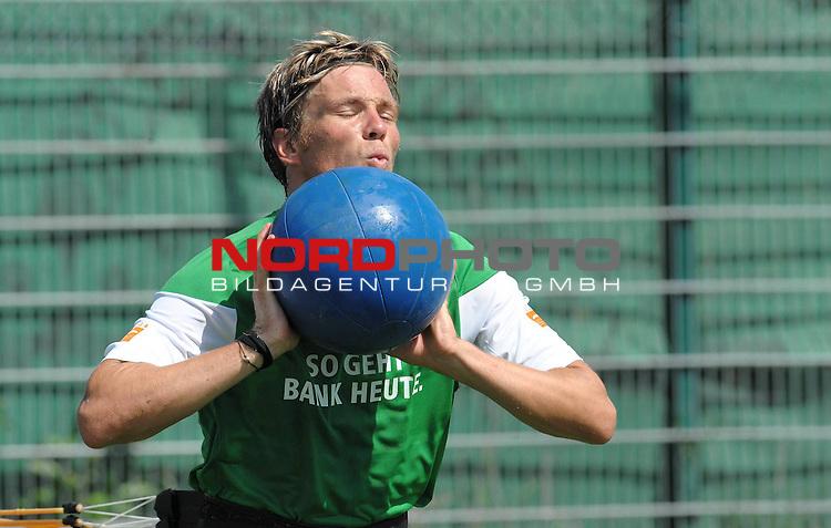 FBL 09/10 Traininglager  Werder Bremen Norderney 2007 Day 03<br /> Konditionstraining Sonntag morgen<br /> <br /> Clemens Fritz ( Bremen GER #8) mit dem Medizinball<br /> <br /> <br /> <br /> Foto &copy; nph (nordphoto)