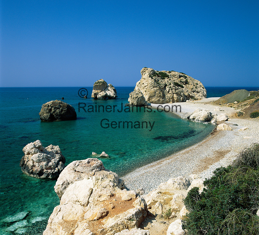 ZYPERN, Sued-Zypern, bei Paphos: Petra Tou Romiou, der Aphroditefelsen, der Sage nach ging Aphrodite nach ihrer Geburt hier an Land | CYPRUS, South-Cyprus, near Paphos: Petra Tou Romiou (Rock of the Greek) or (Rock of Aphrodite)
