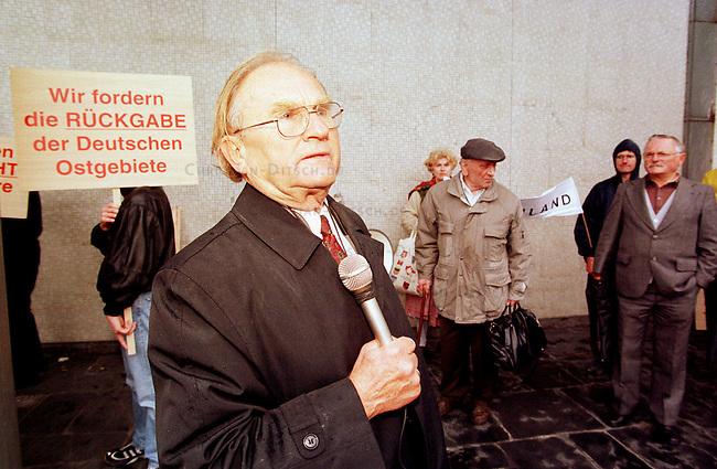 Die Interessengemeinschaft fuer die Wiedervereinigung Gesamtdeutschlands e.V. (IWG) nutzte ihre Kontakte zur rechten Wochenzeitung Junge Freiheit, zur NPD, dem Bund freier Buerger, und anderen rechtsextremen Organisationen um gro&szlig;spurig zu einer Demonstration mit 20.000 Teilnehmern fuer die Wiedervereinigung mit dem Sudetenland, Schlesien, Pommern und anderen ehemaligen deutschen Gebieten aufzurufen. Es kamen gerade mal zwei Dutzend Personen, die Haelfte davon Skinheads und Neonazis.<br /> Hier: Der IWG-Vorsitzende und ehemaliges CSU-Mitglied Georg Paletta. Er gruendete am 27.2.1997 die IWG und ist seitdem der Vorsitzende.<br /> 3.10.1998, Berlin<br /> Copyright: Christian-Ditsch.de<br /> [Inhaltsveraendernde Manipulation des Fotos nur nach ausdruecklicher Genehmigung des Fotografen. Vereinbarungen ueber Abtretung von Persoenlichkeitsrechten/Model Release der abgebildeten Person/Personen liegen nicht vor. NO MODEL RELEASE! Nur fuer Redaktionelle Zwecke. Don't publish without copyright Christian-Ditsch.de, Veroeffentlichung nur mit Fotografennennung, sowie gegen Honorar, MwSt. und Beleg. Konto: I N G - D i B a, IBAN DE58500105175400192269, BIC INGDDEFFXXX, Kontakt: post@christian-ditsch.de<br /> Bei der Bearbeitung der Dateiinformationen darf die Urheberkennzeichnung in den EXIF- und  IPTC-Daten nicht entfernt werden, diese sind in digitalen Medien nach &sect;95c UrhG rechtlich geschuetzt. Der Urhebervermerk wird gemaess &sect;13 UrhG verlangt.]