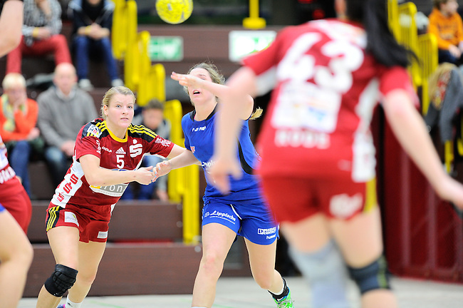 BENSHEIM, DEUTSCHLAND - MAERZ 15: 2. Spieltag in der Abstiegsrunde der Handball Bundesliga Frauen (HBF) in der Saison 2013/2014 zwischen dem Tabellenletzten HSG Bensheim/Auerbach (rot) und dem Tabellenersten der Abstiegsrunde, der HSG Blomberg-Lippe (blau) am 15. Maerz 2014 in der Weststadthalle Bensheim, Deutschland. Endstand 29:32. (16:15)<br /> (Photo by Dirk Markgraf/www.265-images.com) *** Local caption *** #5 Antje Lauenroth von der HSG Bensheim/Auerbach