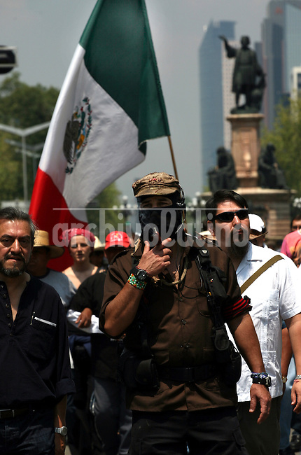 El lider Zapatista Sub Comandante Marcos durante una marcha de protesta contras las elecciones presidenciales en la Avenida Reforma de Mexico DF. Los rebeldes llamaron a no votar en las elecciones presidenciales.*Zapatista rebel leader Sub Comandante Marcos walks during a protest rally against presidential election in dowtown Mexico. The leftist rebels called not to vote in the presidential election.