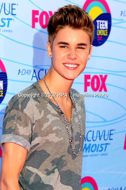 LOS ANGELES - JUL 22:  Justin Bieber arriving at the 2012 Teen Choice Awards at Gibson Ampitheatre on July 22, 2012 in Los Angeles, CA