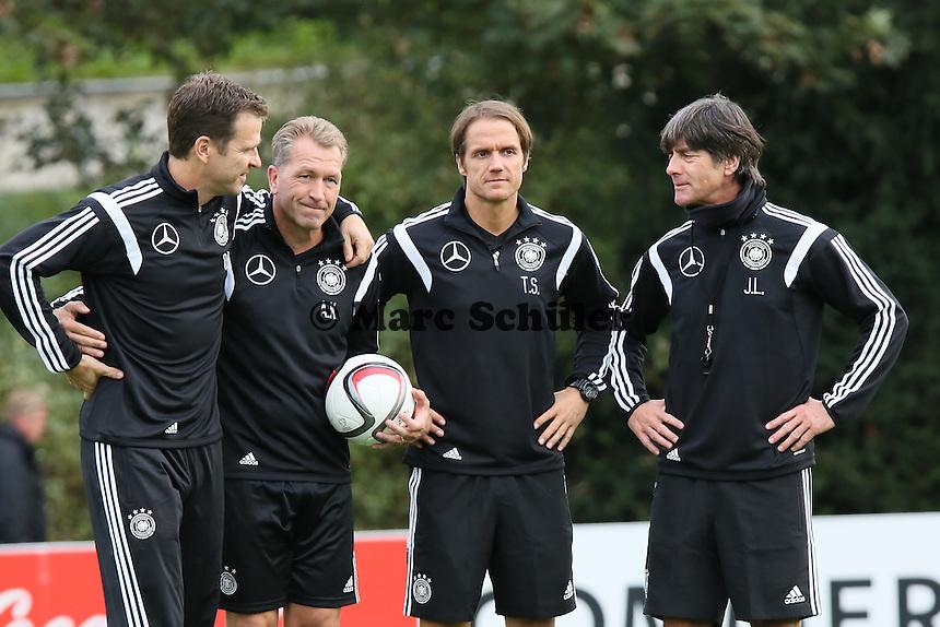 Der neue Co-Trainer Thomas Schneider mit Bundestrainer Joachim Loew, Teammanager Oliver Bierhoff und Torwarttrainer Andreas Koepke - Training der Deutschen Nationalmannschaft in Frankfurt