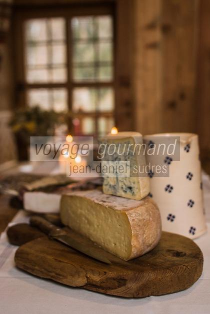 Italie, Val d'Aoste, Val d'Ayas,  Ayas: Maison d'Hôte: Frantze le rascard 1721,  Vieux chalet de 1721, Fontina et bleu du Val d'Aoste, fromages fermiers // Italy, Aosta Valley, Ayas: House Host: Frantze 1721 rascard Old cottage 1721, Fontina and blue Valle d'Aosta, farmhouse cheeses
