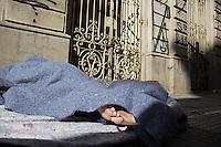 SÃO PAULO, SP, 14.06.2016 - CLIMA-SP- Morador de rua se protege do frio no Pátio do Colégio, região central de São Paulo, na manhã desta terça-feira (14) . (Foto: Adailton Damasceno/Brazil Photo Press)