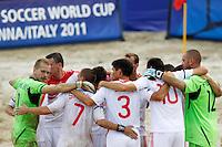 RAVENNA, ITALIA, 08 DE SETEMBRO DE 2011 - COPA DO MUNDO DE BEACH SOCCER - Jogadores da Russia comemoram vitoria sobre o Mexico por 5x3 em jogo valido pelas quarta-de-finais da Copa do Mundo de Beach Soccer, no Estadio Del Mare em Ravenna da Italia nesta quinta-feira (8). (FOTO: WILLIAM VOLCOV - NEWS FREE).
