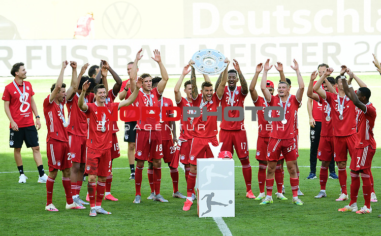 Deutscher Meister 2020, FC Bayern Muenchen, Lucas Hernandez mit Meisterschale<br />Wolfsburg, 27.06.2020: nph00001: , Fussball Bundesliga, VfL Wolfsburg - FC Bayern Muenchen 0:4<br />Foto: Tim Groothuis/Witters/Pool//via nordphoto<br /> DFL REGULATIONS PROHIBIT ANY USE OF PHOTOGRAPHS AS IMAGE SEQUENCES AND OR QUASI VIDEO<br />EDITORIAL USE ONLY<br />NATIONAL AND INTERNATIONAL NEWS AGENCIES OUT