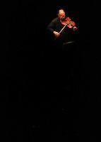 CARTAGENA-COLOMBIA-08-01-2013. El violinista Mauri Lopes Ferreira se presentan en el teatro Adolfo Mejia  en el VII Festival Internacional de Musica de Cartagena. Mauri Fiddler Ferreira Lopes presented in the Adolfo Mejia Theater during the VII International Music Festival of Cartagena. (Photo: VizzorImage).