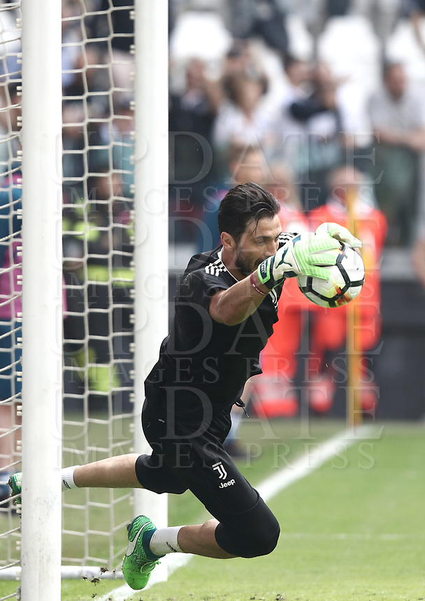 Calcio, Serie A: Juventus - Hellas Verona, Torino, Allianz Stadium, 19 maggio, 2018.<br /> Juventus' Captain and goalkeeper Gianluigi Buffon before the match.<br /> Juventus won their 34th Serie A title (scudetto) and seventh in succession.<br /> Gianluigi Buffon played his last match with Juventus today after 17 years.<br /> UPDATE IMAGES PRESS/Isabella Bonotto