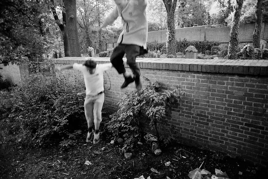 CZECH REPUBLIC / Prague / Zizkov district August 1998..Teenagers jump a wall lining a cemetary in this working class area of Prague...© Davin Ellicson / Anzenberger
