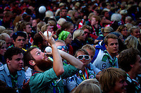 Man playing with balls before closing ceremony. Photo: Mikko Roininen / Scouterna